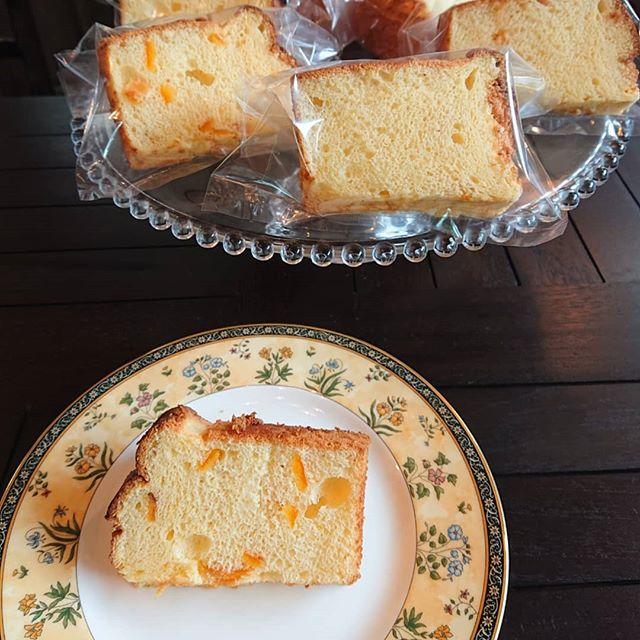 オレンジのシフォンケーキです。テイクアウト用になっていますが、店内でもお召し上がりいただけます。