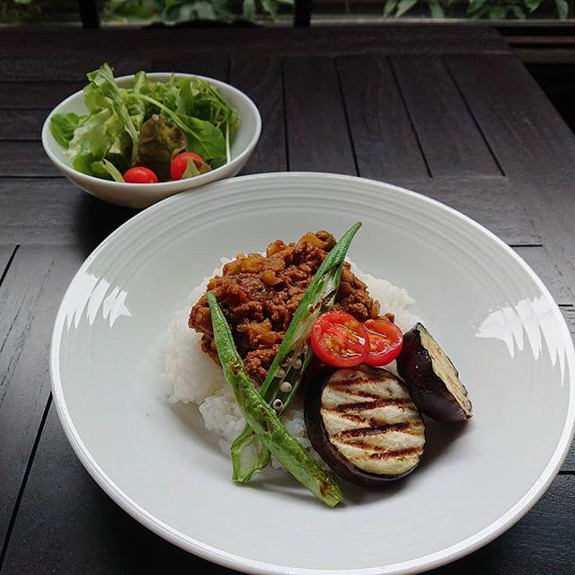 本日のカレーランチは夏野菜のキーマカレーです。プレートランチはグリルトーストのサラダチキンのサンドです。