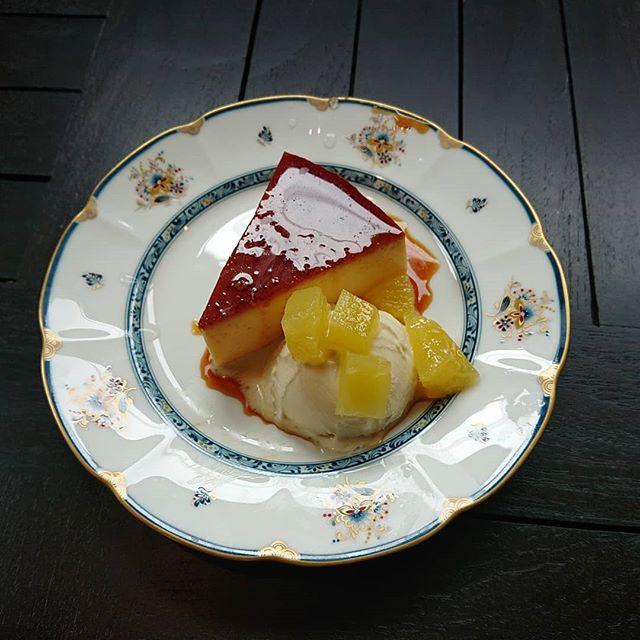 プリンとバニラアイスとパイナップルのコンポートです。暑い日が続いていますが、冷たいデザートはいかがでしょうか?