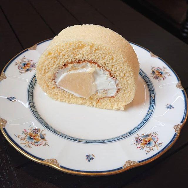 桃のロールケーキです。そろそろ桃も終わりになりそうです。消費税の変更に伴うレジの変更はスムースに終わりましたが、カードリーダーが使えなくなっております。還元の対象店なのに、どうしたらいいのか。朝から格闘中ですが全然ダメです。