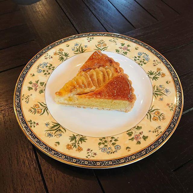 スコーンと洋梨のタルトが沸き上がりました。ガトーショコラやオレンジのシフォンケーキもございます。