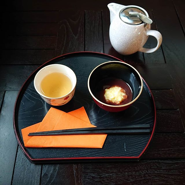 本日、数量限定ですが粟(あわ)汁粉がございます。味しい京都のほうじ茶のセットです。スコーンは紅茶のスコーンになります。#カフェオランジュ #おしるこ #スコーン #山本有三記念館隣 #三鷹カフェ #吉祥寺カフェ