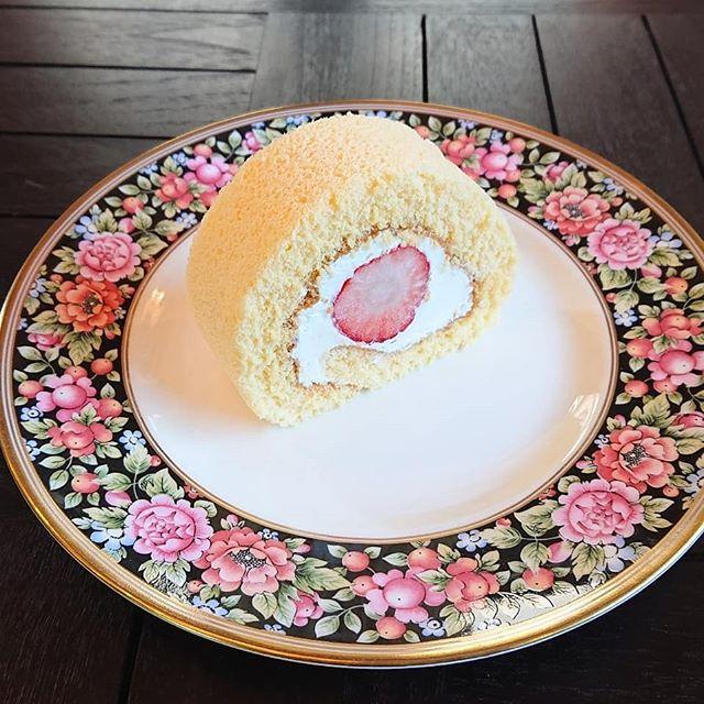 本日、いちごのロールケーキがございます。紅茶のシフォンやスコーンもございます!#カフェオランジュ #ロールケーキ #イチゴのロールケーキ #紅茶のシフォンケーキ #スコーン #山本有三記念館隣 #三鷹カフェ #吉祥寺カフェ