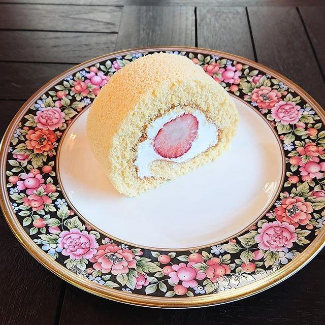 イチゴのロールケーキが出来上がりました️ティータイムに是非どうぞ!#カフェオランジュ #ロールケーキ ##いちごのロールケーキ 山本有三記念館隣 #三鷹カフェ #吉祥寺カフェ