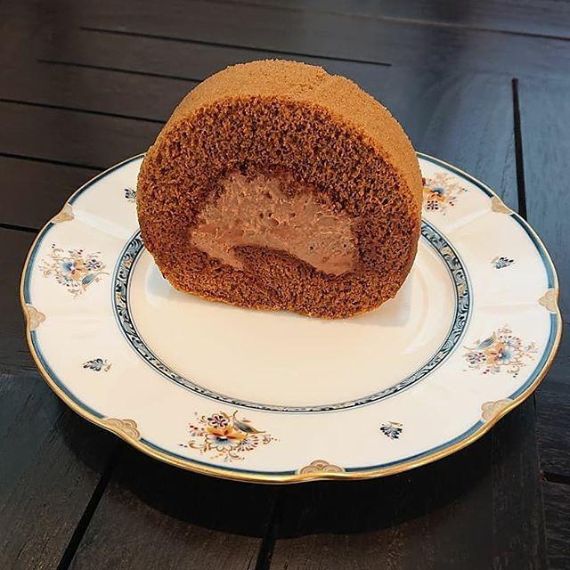 カフェモカロールが出来上がりました。スコーンやチーズケーキ、シフォンケーキもございます!#カフェオランジュ #ロールケーキ #山本有三記念館隣 #三鷹カフェ #吉祥寺カフェ