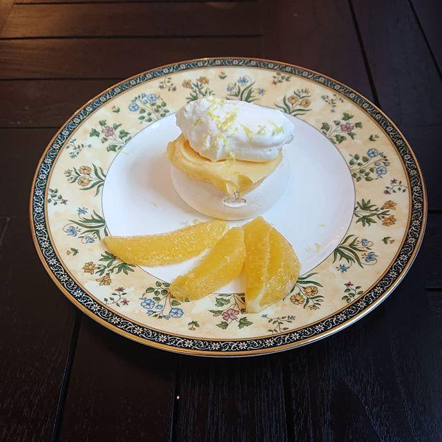 本日、レモンカスタードのパブロバがございます。メレンゲの上にレモンカスタードと生クリームをのせました!スコーンも沸き上がっております。#カフェオランジュ #レモンカスタード #パブロバ #山本有三記念館隣 #三鷹カフェ #吉祥寺カフェ