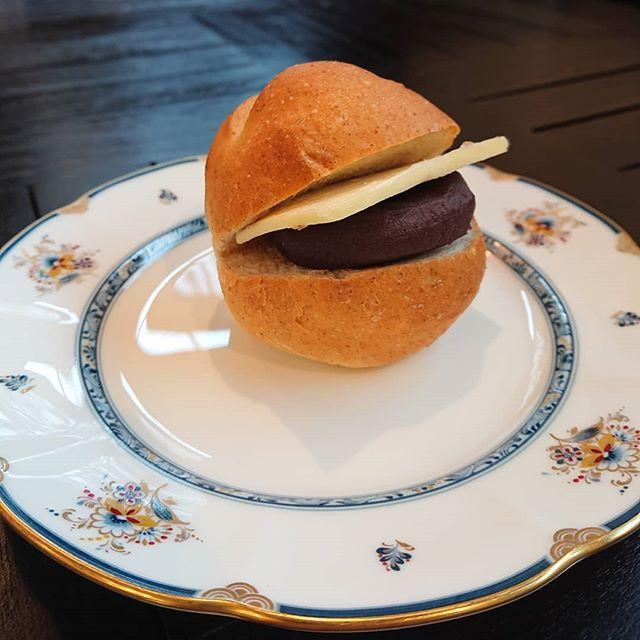 全粒粉入りのプチパンにこしあんと発酵バターをサンドしました。おやつに是非!#カフェオランジュ #あんバターサンド #山本有三記念館隣 #三鷹カフェ #吉祥寺カフェ