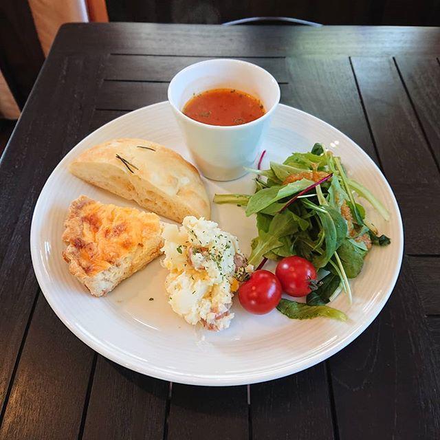 本日は通常のランチをお休みして、ワンプレートのランチのみになります。キッシュロレーヌ、フォカッチャ、ポテトサラダとトマトスープにドリンクがつきます。#カフェオランジュ #三鷹ランチ #キッシュプレート #山本有三記念館隣 #三鷹カフェ #吉祥寺カフェ