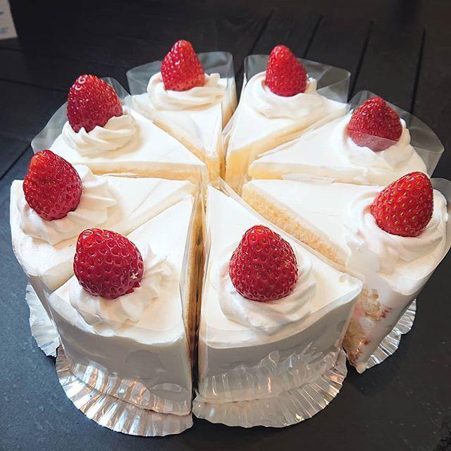 本日はいちごのショートケーキがございます!オレンジシフォンケーキやプリンもどうぞ!#カフェオランジュ #いちごのショートケーキ #シフォン #山本有三記念館隣 #三鷹カフェ #吉祥寺カフェ