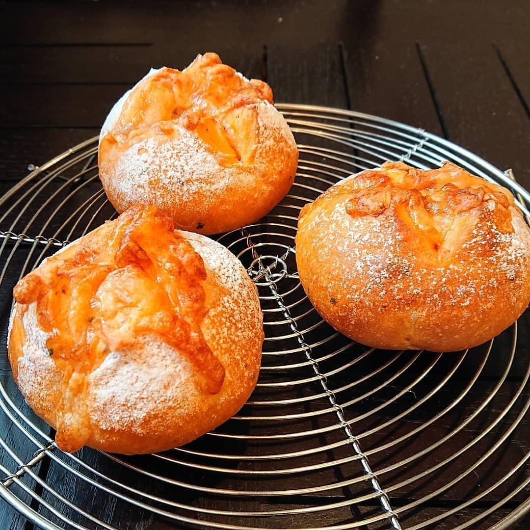 本日のパンはトマトとバジルのチーズパンとフォカッチャです。#カフェオランジュ #トマトとバジルのチーズパン #山本有三記念館隣 #三鷹カフェ #吉祥寺カフェ