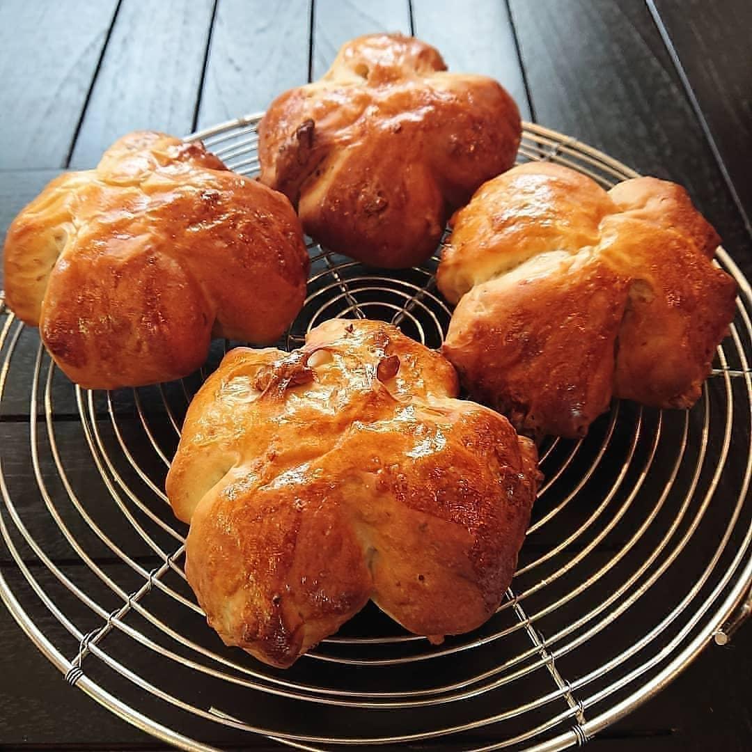 本日のパンはクルミのパンとフォカッチャです。いちごのロールケーキやオレンジシフォンケーキ、スコーンもございます!#カフェオランジュ #いちごのロールケーキ #スコーン #シフォン #山本有三記念館隣 #三鷹カフェ #吉祥寺カフェ