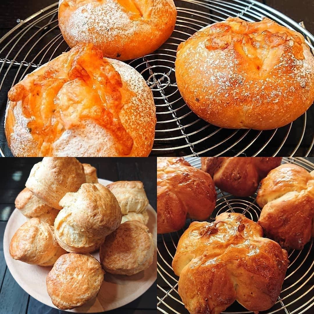 本日のパンはクルミのパン、トマトとバジルのチーズパンです。スコーンなどもございます!#カフェオランジュ #シフォン #クルミのパン #トマトとバジルのチーズパン #山本有三記念館隣 #三鷹カフェ #吉祥寺カフェ