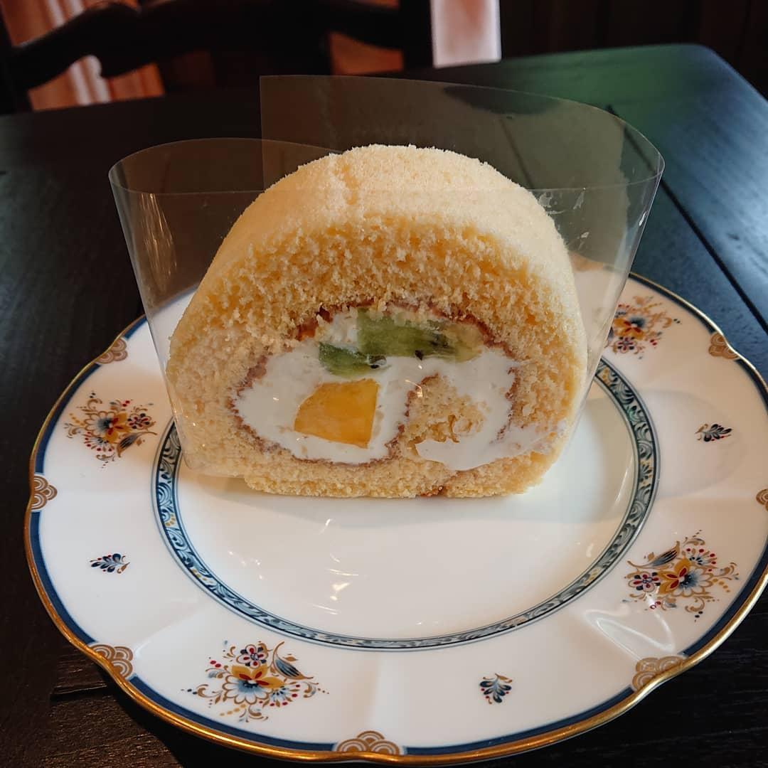 マンゴーんとキウイのロールケーキがございます。#カフェオランジュ #ロールケーキ #山本有三記念館隣 #三鷹カフェ #吉祥寺カフェ