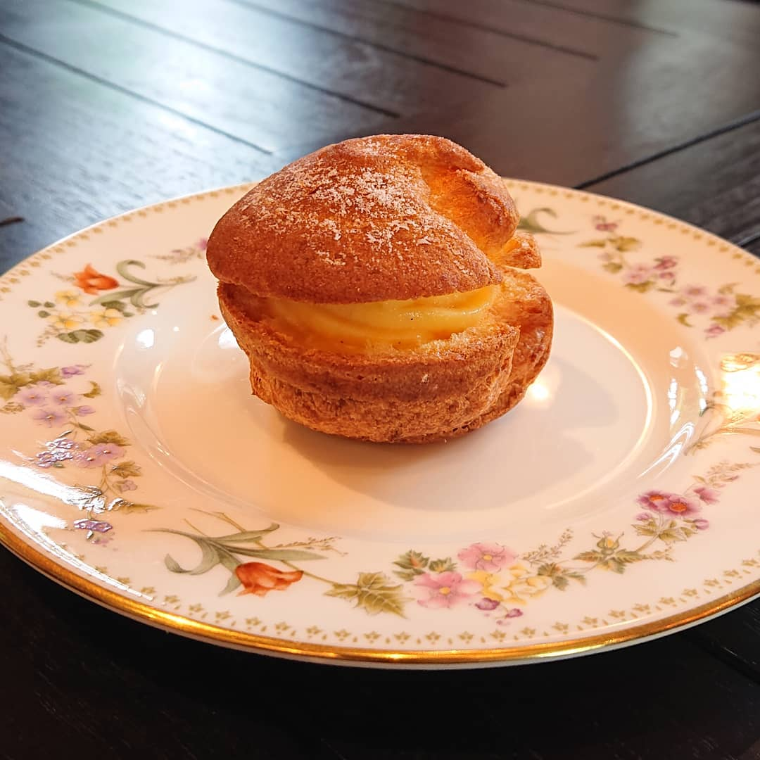 本日のケーキはミニシュークリーム、カフェモカチェリーロール、チーズケーキやオレンジシフォンケーキがございます!#カフェオランジュ #チーズケーキ #シュークリーム #オレンジシフォンケーキ #山本有三記念館隣 #三鷹カフェ #吉祥寺カフェ