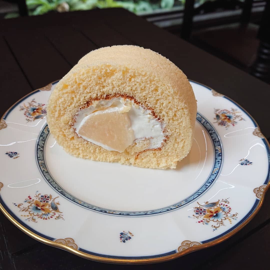 ケーキは桃のロールケーキがございます!#カフェオランジュ #桃のロールケーキ #ロールケーキ #山本有三記念館隣 #三鷹カフェ #吉祥寺カフェ