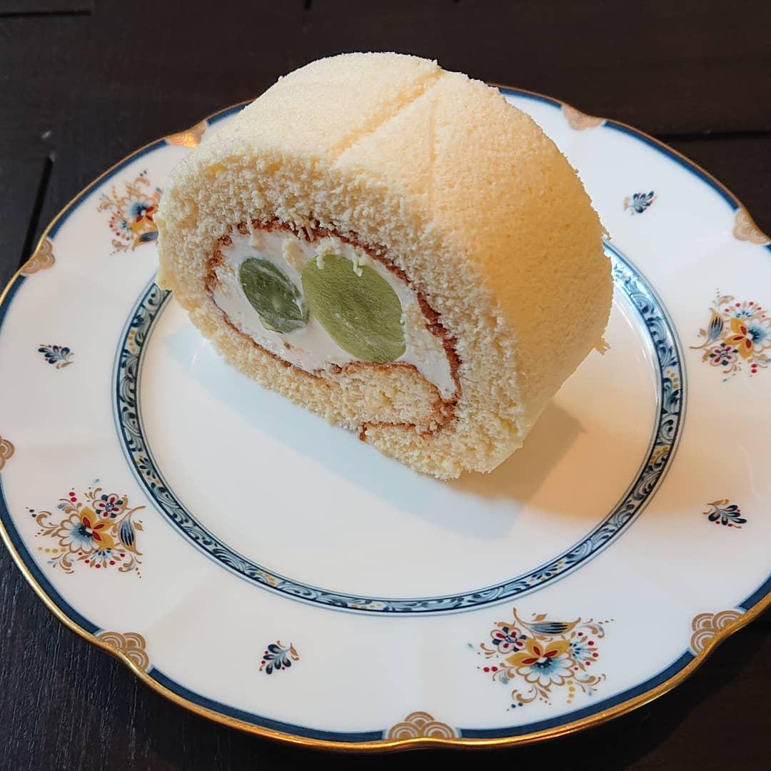 シャインマスカットのロールケーキがございます。ティータイムにどうぞ!#カフェオランジュ #ロールケーキ #シャインマスカット #山本有三記念館隣 #三鷹カフェ #吉祥寺カフェ