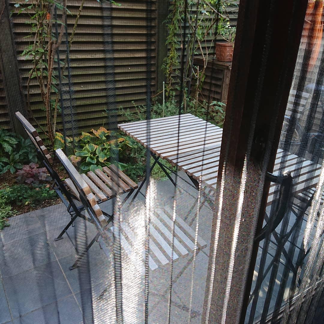 テラス側の扉に網戸を設置いたしました。お天気のいい日にはテラス席もご利用いただけます。#カフェオランジュ #テラス席 #山本有三記念館隣 #三鷹カフェ #吉祥寺カフェ