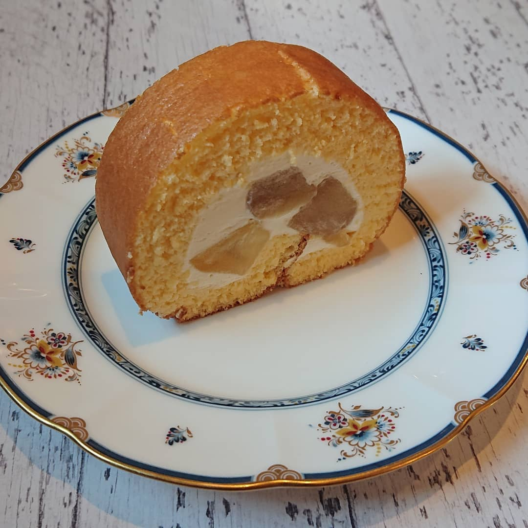 本日はりんごのロールケーキがございます!#カフェオランジュ #りんごのロールケーキ #ロールケーキ #山本有三記念館隣 #三鷹カフェ #吉祥寺カフェ