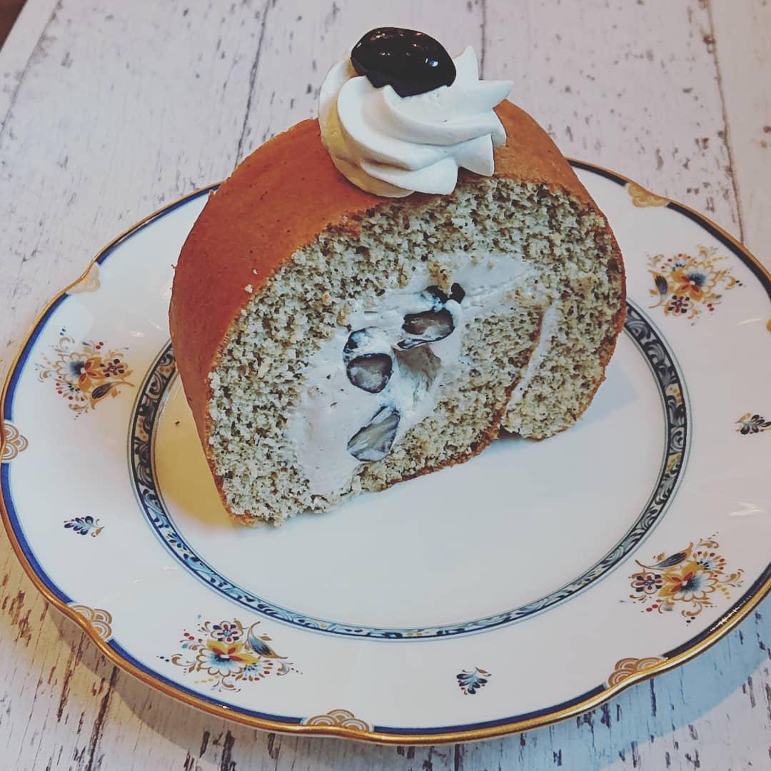 本日はほうじ茶と黒豆のロールケーキがございます!#カフェオランジュ #ほうじ茶と黒豆のロールケーキ #ロールケーキ #山本有三記念館隣 #三鷹カフェ #吉祥寺カフェ