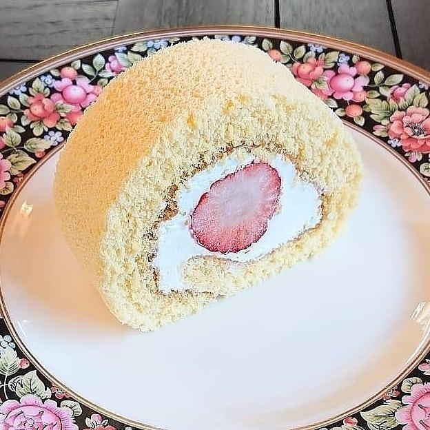 ケーキはいちごのロールケーキがございます。チーズケーキやスコーンなどもございます!#カフェオランジュ #いちごのロールケーキ #スコーン #ロールケーキ #山本有三記念館隣 #三鷹カフェ #吉祥寺カフェ