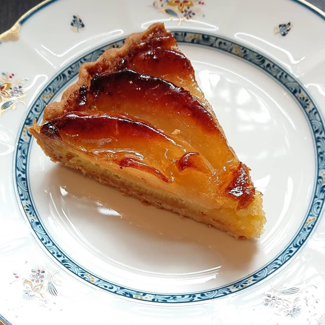 ケーキはりんごのタルトがございますキャロットケーキやスコーン、紅茶のシフォンもございます#カフェオランジュ #りんごのタルト #スコーン #キャロットケーキ #季節のタルト #山本有三記念館隣 #三鷹カフェ #吉祥寺カフェ