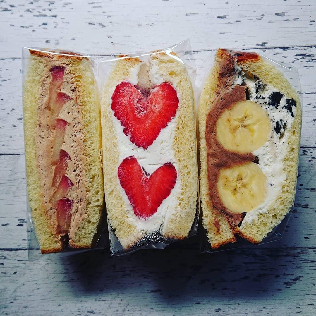 本日もマリトッツオ風のフルーツサンドがございます。シナモンクリームと紅玉リンゴのサンドやチョコクリームとクッキーアンドクリームのバナナサンド、そろそろ終了予定のあまおういちごのフルーツサンドです。#マリトッツオ #フルーツサンド #ブリオッシュ #あまおう #紅玉りんご #バナナサンド #クッキーアンドクリーム #チョコクリーム #カフェオランジュ #風の散歩道 #山本有三記念館隣 #三鷹カフェ #吉祥寺カフェ