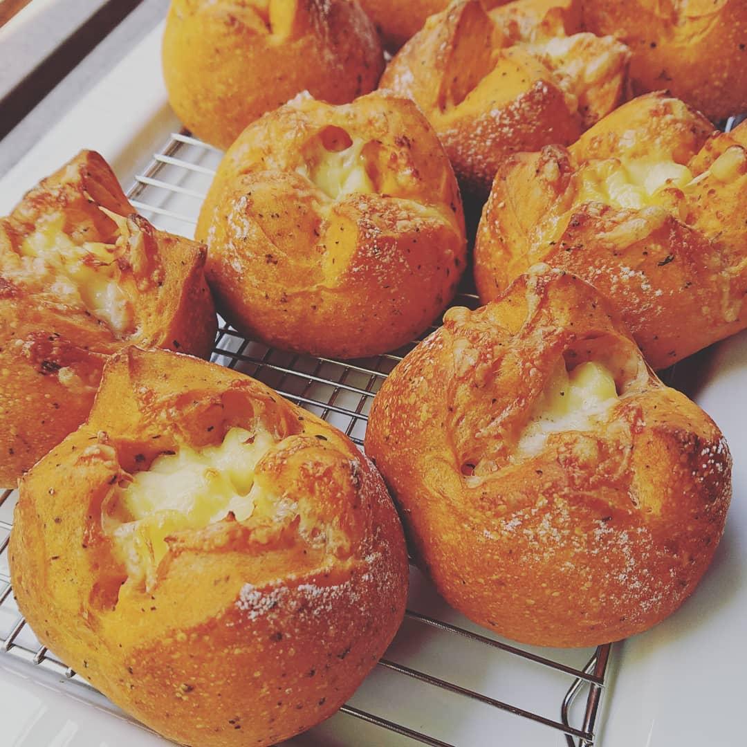 本日のパンはトマトとバジルのチーズパンです。#トマトとバジルのチーズパン #自家製パン #テイクアウト #カフェオランジュ #風の散歩道 #山本有三記念館隣 #三鷹カフェ #吉祥寺カフェ