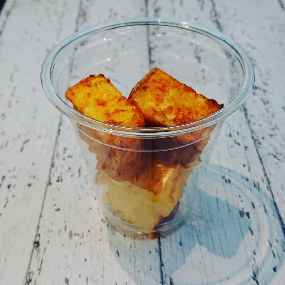 テイクアウトに便利なカップに入った軽い食感のフレンチトーストです。ブリオッシュの食パンを使用しています。メープルシロップ付き。#フレンチトースト #ブリオッシュ #カフェオランジュ #風の散歩道 #山本有三記念館隣 #三鷹カフェ #吉祥寺カフェ