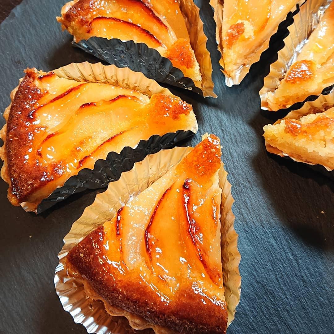 本日、りんごのタルトがございます。チーズケーキや紅茶のシフォンケーキなどもございます!#カフェオランジュ #りんごのタルト #チーズケーキ #紅茶のシフォンケーキ #山本有三記念館隣 #三鷹カフェ #吉祥寺カフェ