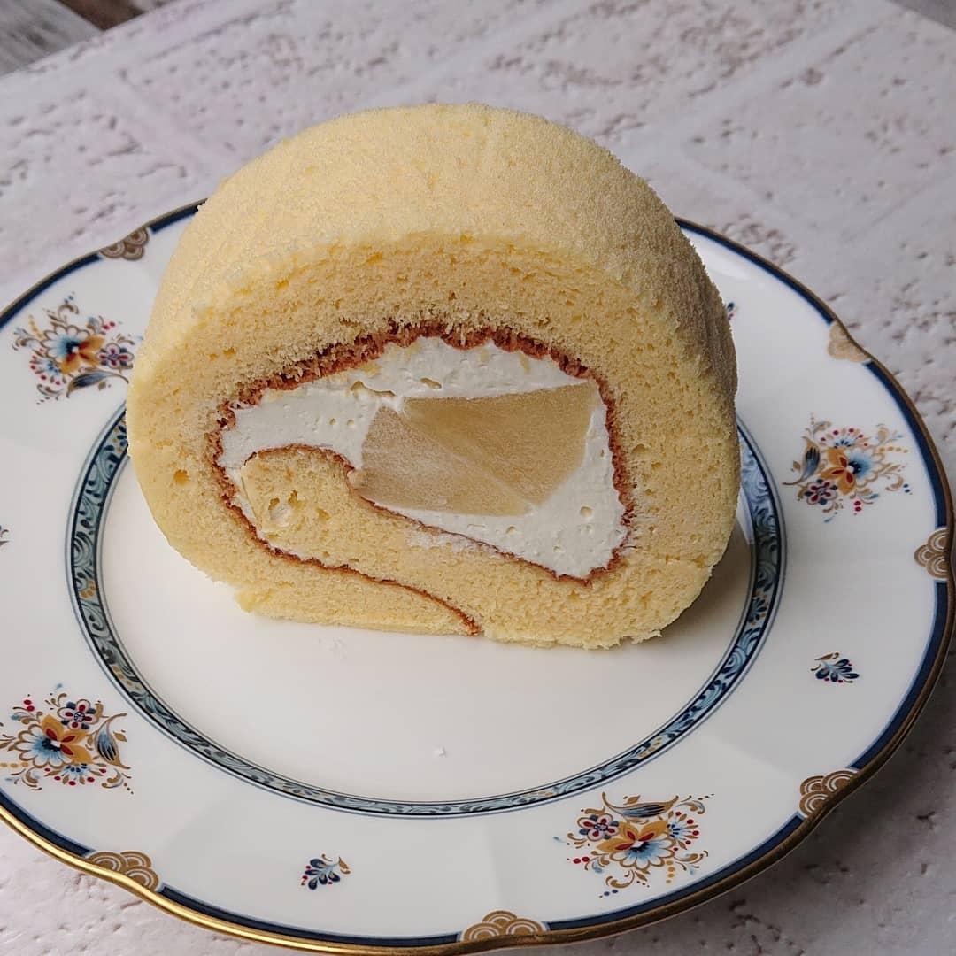本日、りんごのロールケーキがございます。新しょうがのケーキは新登場です。旬の新しょうがをシロップで煮ています。爽やかなケーキです。#りんごのロールケーキ #新しょうがのケーキ #カフェオランジュ #ロールケーキ #山本有三記念館隣 #三鷹カフェ #吉祥寺カフェ #テイクアウト